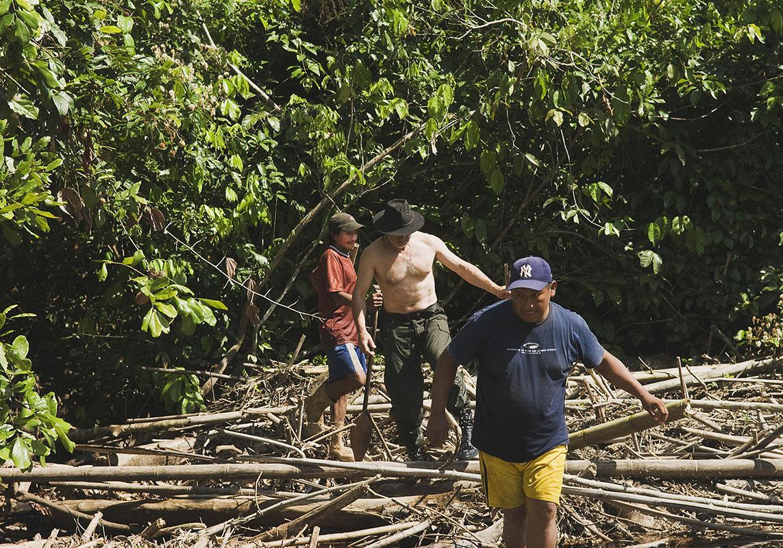 <p>Tajemná Maturaca je pod vrstvou spadaných větví skoro neviditelná. Právě tady je propojeno povodí řek Orinoko a Amazonka (Elvis, já a Macho, 2007). Macizo de La Neblina, Venezuela / Brazílie.</p>