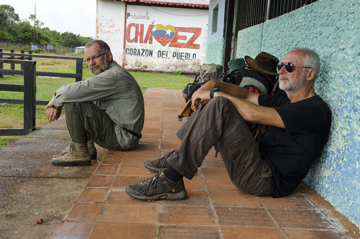 <p>Nekonečné čekání na letišti v San Carlos de Rio Negro (spolu s biologem Lacem Mikem). Rio Negro, Venezuela / Kolumbie (foto radana Dungelová).</p>