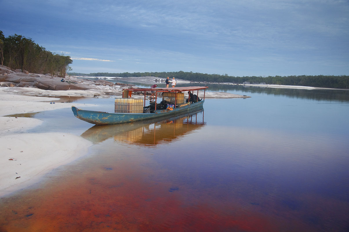 <p>Transport paliva pro pobyt v pustém bažinatém lese pod Neblinou. Rio Atabapo, Venezuela / Kolumbie.</p>