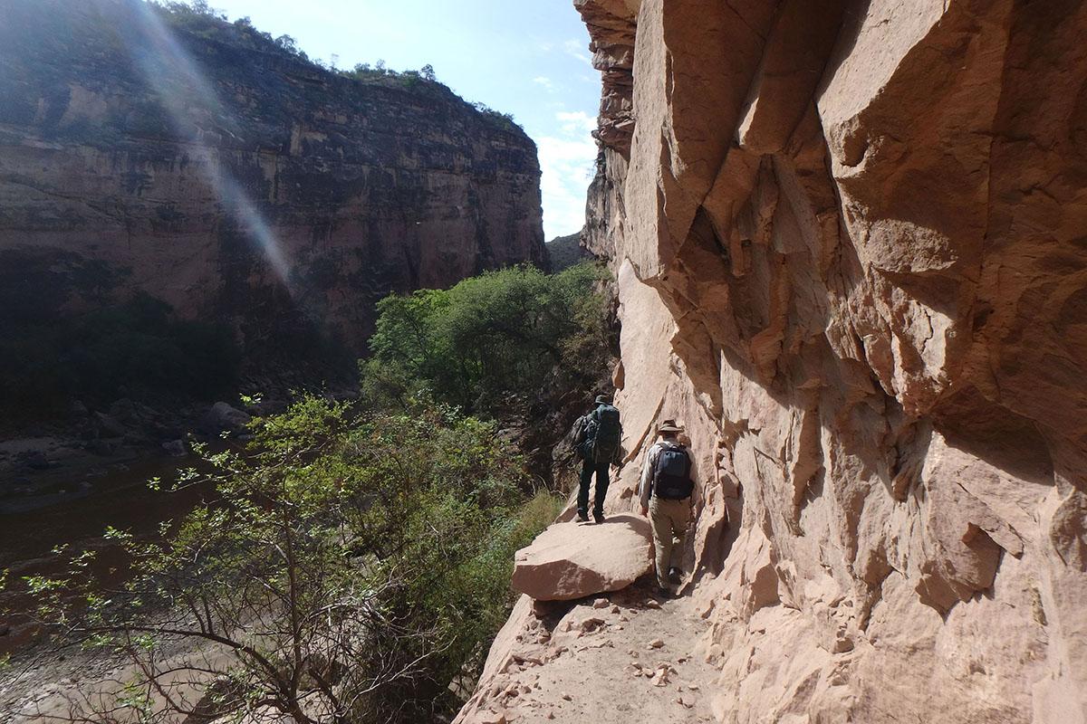 <p>Pochod po úzké skalní římse nad řekou Caine. Národní park Torotoro (kaňon Jalajala, Andy), Bolivie.</p>