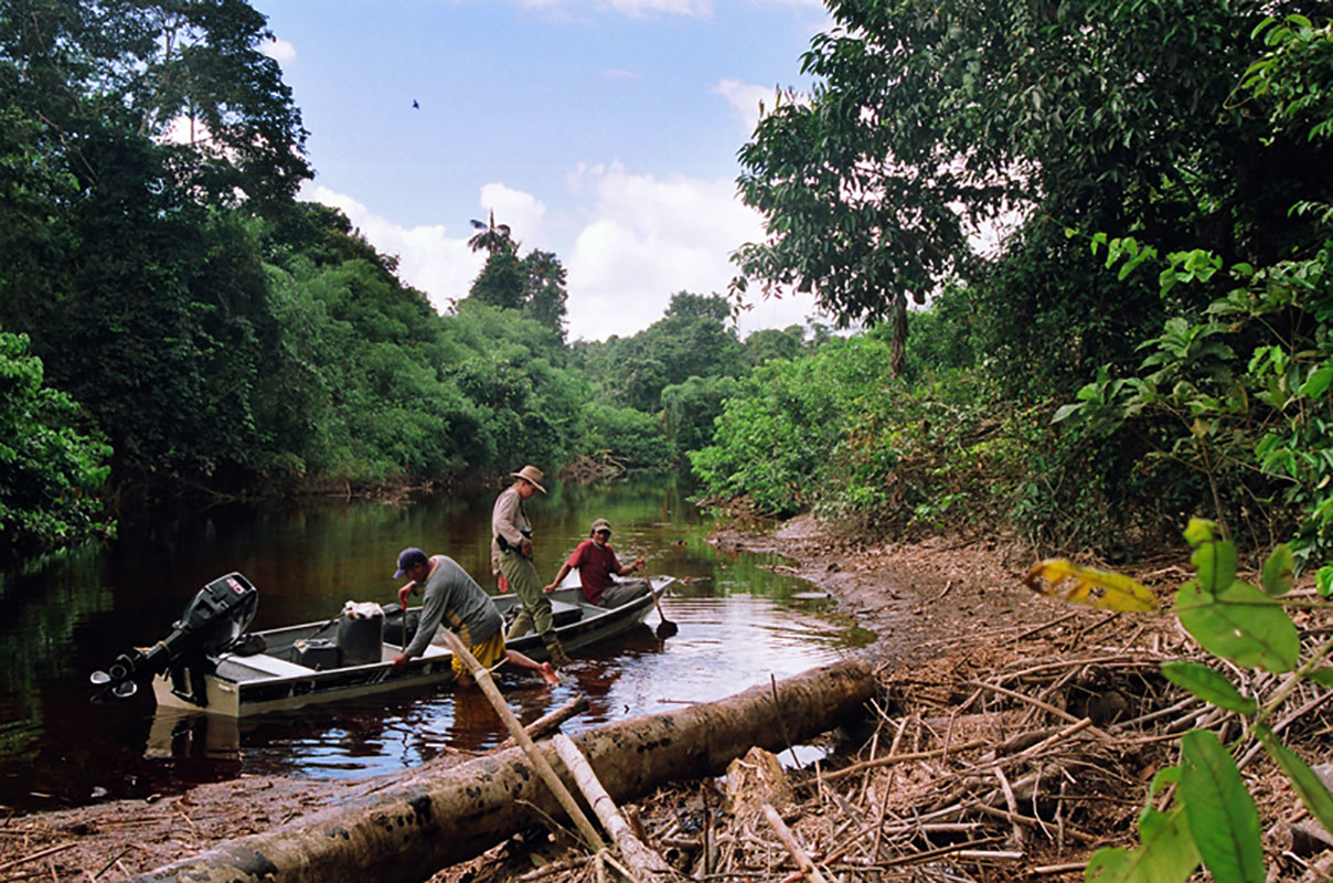 <p>On the confluence of Rios Yatúa and Baria. We are the first ones who found and fixed exact coordinates of this connection (bifurcation) of Orinoco and Amazonas basin, in 2007 (Elvis, Rady and Macho). Venezuela / Brazil.</p>