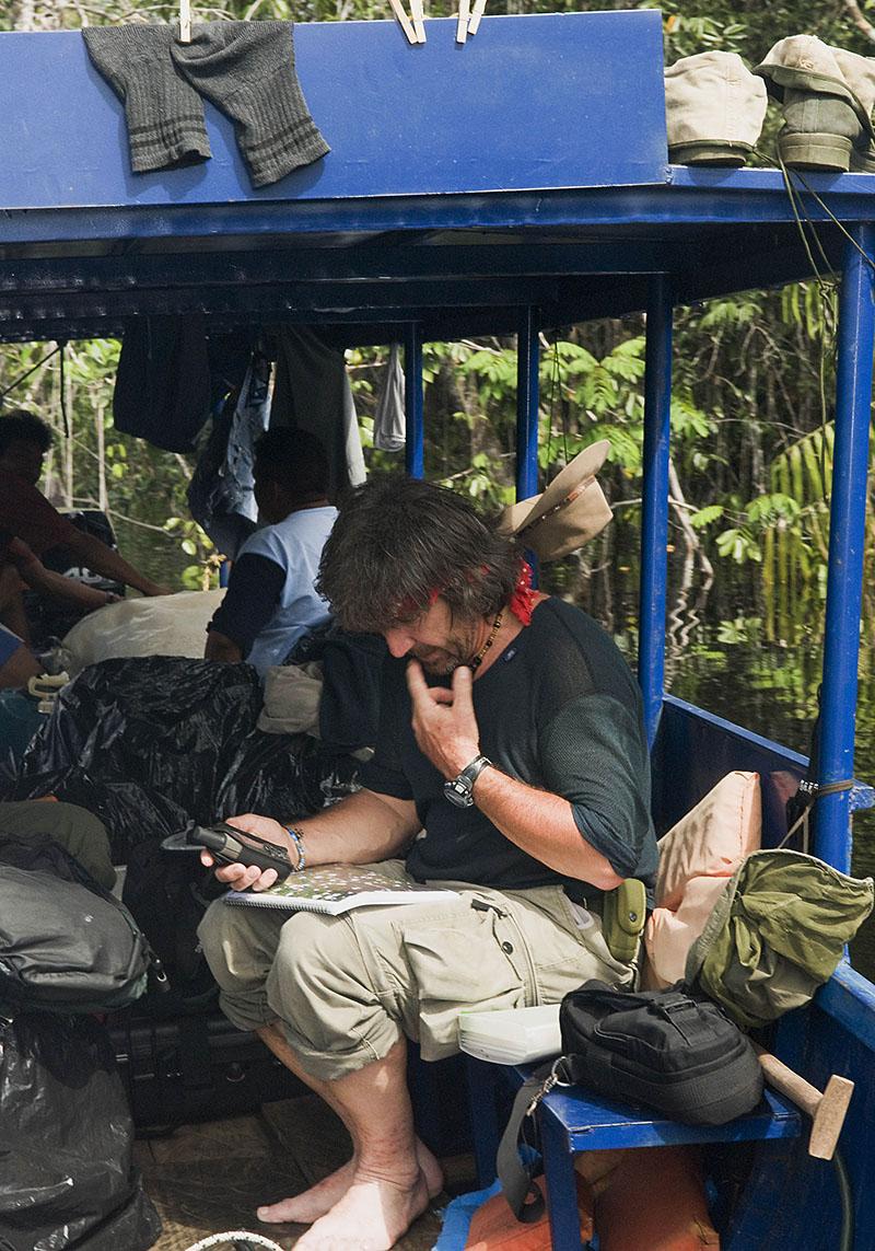 <p>Kde jsme? Vladimír hledá naši pozici podle GPS a satelitní fotografie. Rio Baria, Macizo de la Neblina, Venezuela / Brazílie.</p>