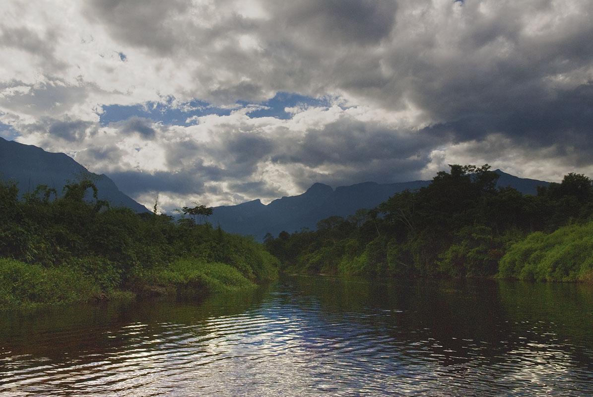 <p>Pico da Neblina from Baria river (2994, the highest peak in Amazonia), Venezuela – Brazílie.</p>