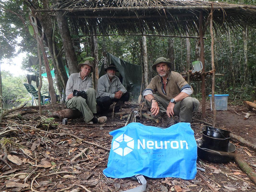 <p>Tábor na soutoku řek Yatúa a Baria. Poprvé jsme v přírodě vyfotili a nafilmovali nově objevený druh opice uakari v přírodě. (V. Šimek, R. Dungelová, J. Dungel).</p>